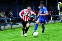Fotbalisté Třeboně prohráli na domácím trávníku s lídrem divizní soutěže v samém závěru utkání. Na snímku třeboňský Kupka (vpravo) v souboji s žižkovským Knoblochem.