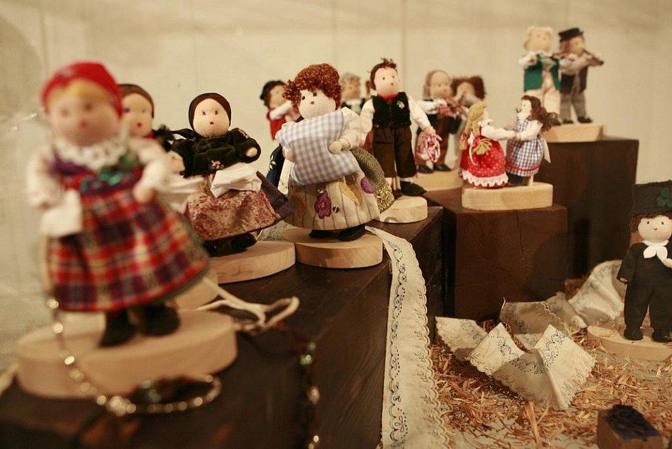 Jihočeské muzeum otevřelo profilovou výstavu Ludmily Dominové, lidové umělkyně, kterou proslavila technika vyšívání rybími šupinami. Zájemce zve tato 63letá dáma do muzea 7. května, kdy si při Dni textilních technik budou moci leccos ozkoušet.