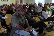 Veřejná diskuze v Hostech.