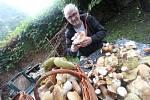 Houby od Kratochvíle. Šestapadesátiletý Milan Novotný se raduje z krásného houbařského výletu.