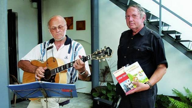 Autor Hynek Klimek společně s písničkářem Josefem Jaklem se postarali o zajímavý srpnový podvečer v českobudějovické Galerii Na dvorku.