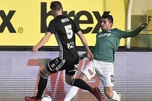 Fotbalisté Dynama vyhráli v Jablonci 1:0. Na snímku Pavle Novák v souboji s Vladimírem Jovovičem.