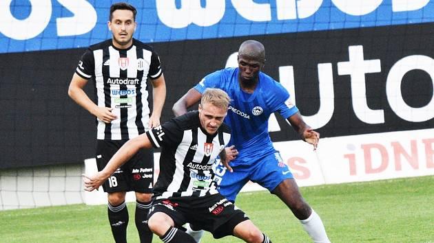 Patrik Čavoš v souboji s libereckým Kamso Marou, vzadu přihlíží Lukáš Jánošík: Dynamo podlehlo Liberci doma 0:2.