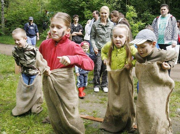 Na jednotlivých stanovištích v přírode na trase mezi Rudolfovem a rybníkem Mrhal čeká malé účastníky Pohádkového lesa každý rok řada úkolů.