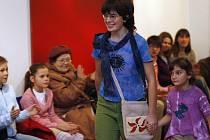Dobročinná módní přehlídka v galerii Měsíc ve dne, spolupracující s kavárnou Na půl cesty.