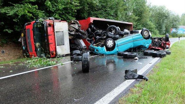 Vysypal na silnici šrot včetně aut.