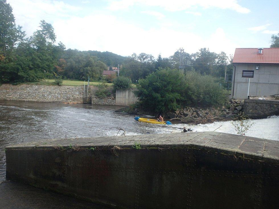 Sobotní splouvání Malše využily rády stovky malých i velkých vodáků.