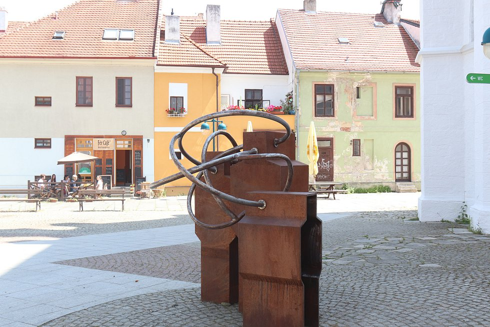 """Umění ve městě. """"Trialog"""" na Piaristickém náměstí od Matěje Franka."""