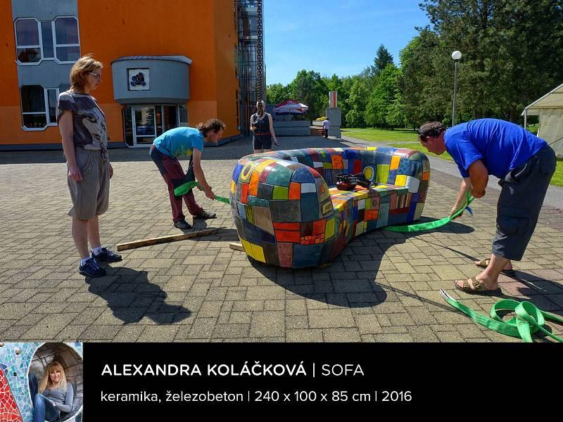 Sochařská výstava Umění ve městě začala v Českých Budějovicích. Na snímku dílo Sofa, autorka Alexandra Koláčková, socha je ve Veselí nad Lužnicí vedle kulturního domu.