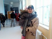 Paní Fuková z českobudějovického okrsku 2 vzala k volbám dcerku Justýnu.