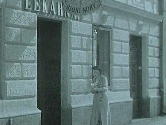 LÉKÁRNA U SLONÍ NOHY, tak se jmenovala ve filmu. Lékárna je na stejném místě ve Veselí nad Lužnicí dodnes, jen se nazývá U Matky Boží Pomocné.