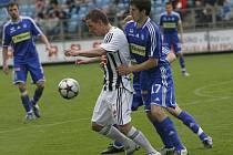 Po výhře v nedělním utkání s Olomoucí (Petra Benáta atakuje olomoucký Hořava) by fotbalisté Dynama rádi uspěli i ve středu v Mladé Boleslavi.