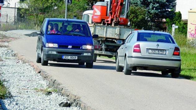 """Nejen řidiče straší rozdělané rozšíření tak zvané cesty """"Mezi tratěmi"""" v českobudějovickém Rožnově. Soukromý vlastník komunikace sice stavebně na rozšíření silnice vše připravil, ale už týdny je stav cesty velice nebezpečné."""