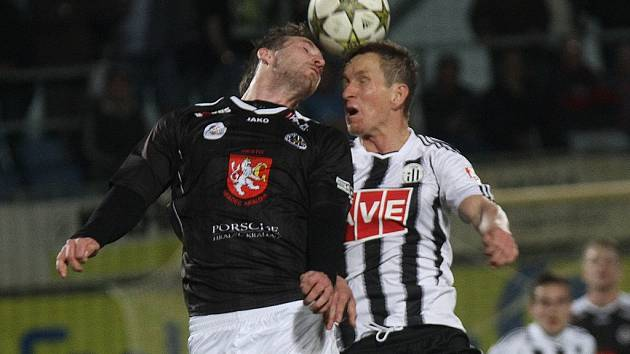 Petr Benát (vpravo ve vzdušném souboji s hradecký Vonáškem) v zápase s Hradcem vyrovnal na 1:1.
