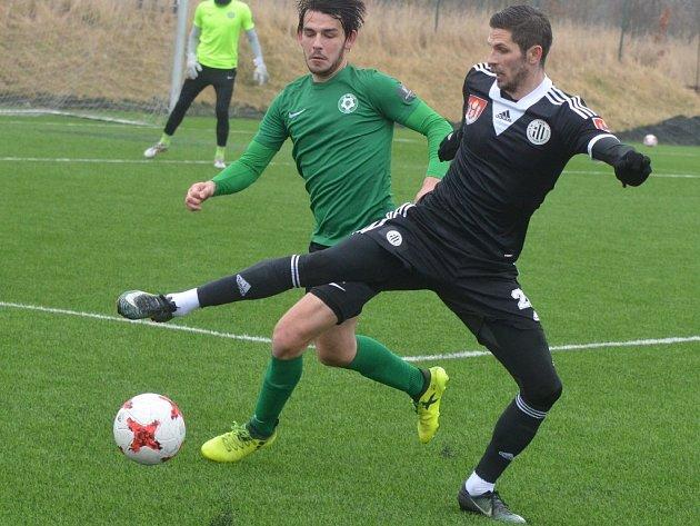 Vítězný gól Dynama s Příbramí (2:1) dal Petr Javorek (na snímku atakuje Jaroslava Treglera).
