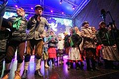 Děti z folklórního souboru Doudlebánek vystoupily pod vedením Mirky Dušáková na českobudějovickém náměstí Přemysla Otakara II.