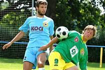 Písecký Pravda bojuje o míč s prachatickým Caisem (zleva). Písecká rezerva doma vyhrála 2:1.