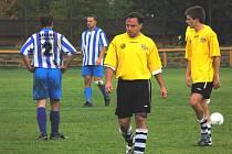 Roman Koller (uprostřed) skóroval za Lokomotivu, které doma dvoubrankové vedení nestačilo ani na bod!