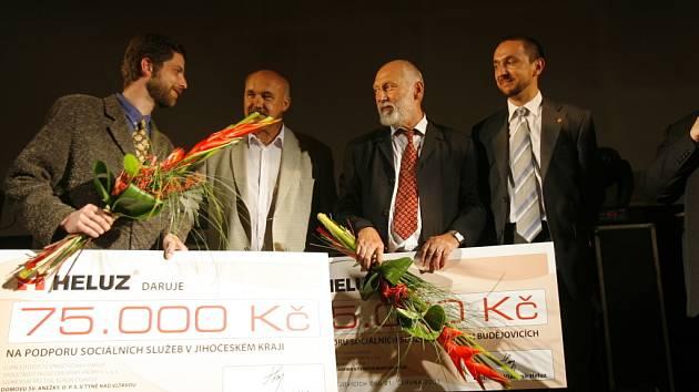 Zástupci neziskových organizací ARPIDA a Domov sv. Anežky převzali dárkové šeky od vedení  firmy HELUZ.