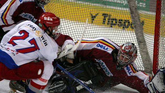 Na brankáře Sparty Tomáše Kalčíka útočí Robin Soudek.