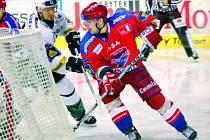 Milan Gulaš (na snímku za brankou K. Varů) se letos prosazoval střelecky.