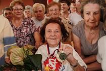 Jarmila Schestauberová oslavila sto let v českobudějovické sokolovně se svými přáteli.