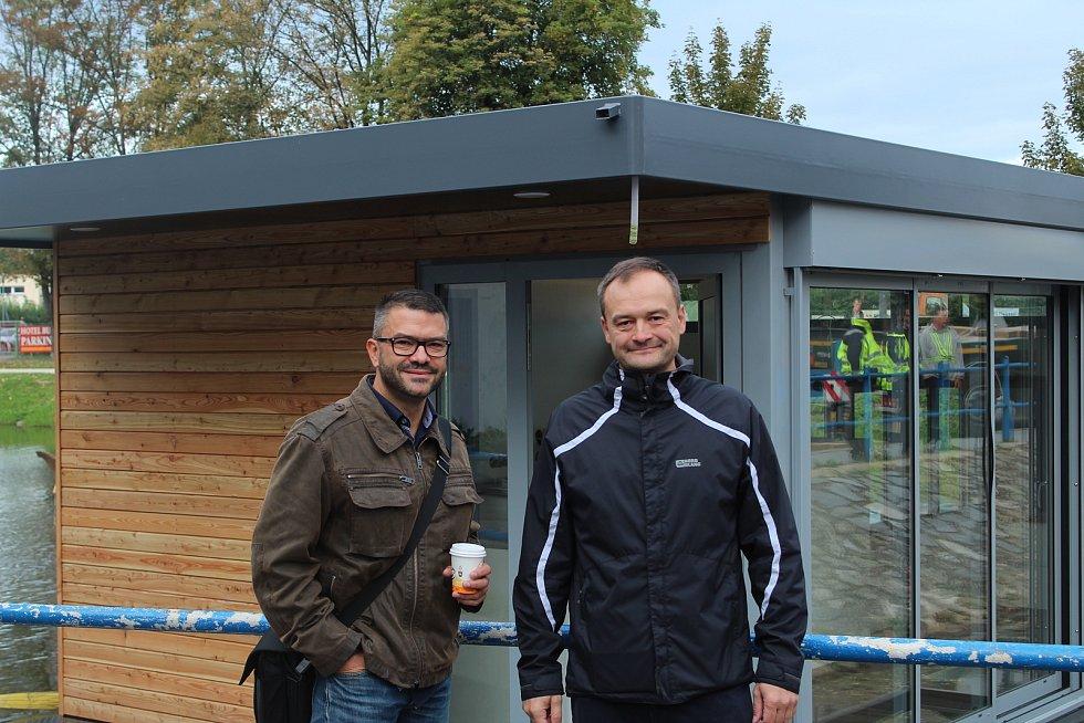 Nová kavárna VLNNA se zrovna instaluje na Slepé rameno Malše. Na snímku autoři projektu Jiří Borovka (vlevo) a Michal Borovka.