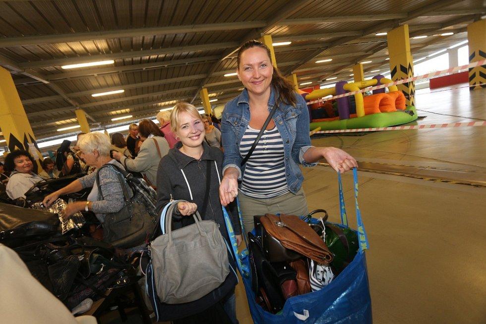 Vybrat kabelku si na Kabelkový veletrh Deníku přišly také Lucie Laznová (vlevo) a Jana Tošnerová.