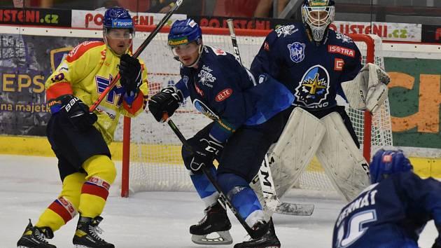 Útočník ČEZ Motoru Adam Raška (ve žlutém) v souboji s kladenským Matyášem Zelingrem, vše pozorně sleduje hostující brankář David Stahl.