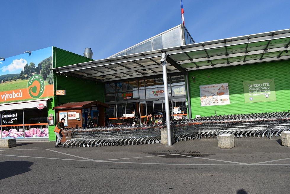 Supermarkety zůstaly otevřené.
