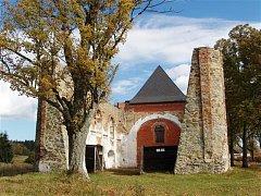 Kostel v Pohoří na Šumavě, který je dominantou malé vesničky v Novohradských horách, se postupně obnovuje.