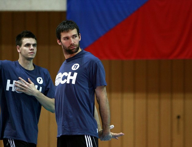 Petr Michálek (vlevo s Motysem) přidal k titulu i zlato na antuce
