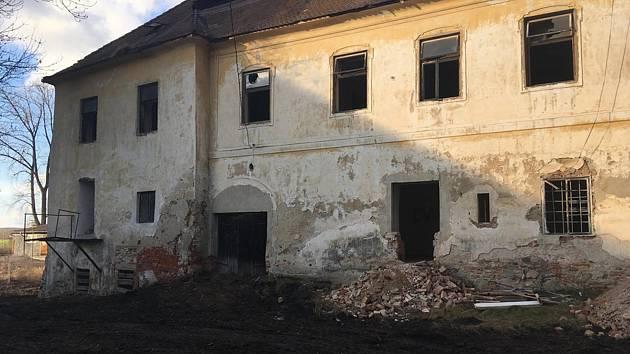 """Filip Nesládek: """"Zmizela okna, nyní se čistí vnitřek zámečku, přičemž se bourá všechno, co zde vzniklo za socialismu, kdy byly v zámečku byty. Pryč jsou již veškeré nepůvodní příčky, záchod, nebo veranda."""" Foto: Filip Nesládek"""