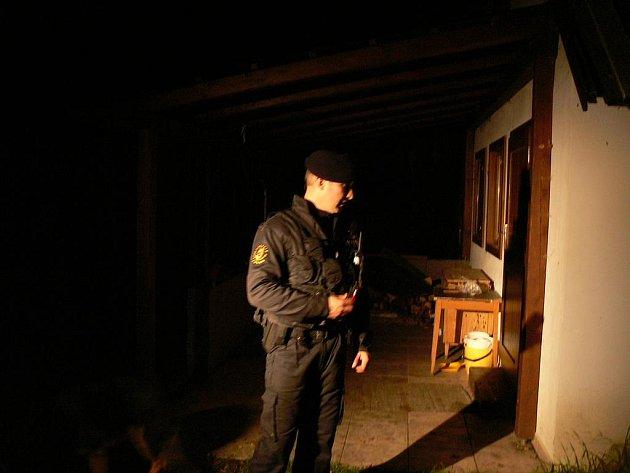 Policisté provedli během úterní noci kontrolu rekreačních objektů na Českobudějovicku. Rozdávali zde mimo jiné letáky, které radí majitelům, jak mohou nejlépe předejít vykradení chaty.