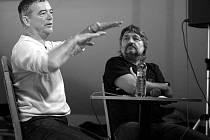 Petr Jirmus (vlevo) odpovídal v Budějovicích na zvídavé otázky. Řekl, že se nikdy nedostal do velmi nebezpečné situace a že neviděl nic, co by nasvědčovalo existenci mimozemských civilizací.