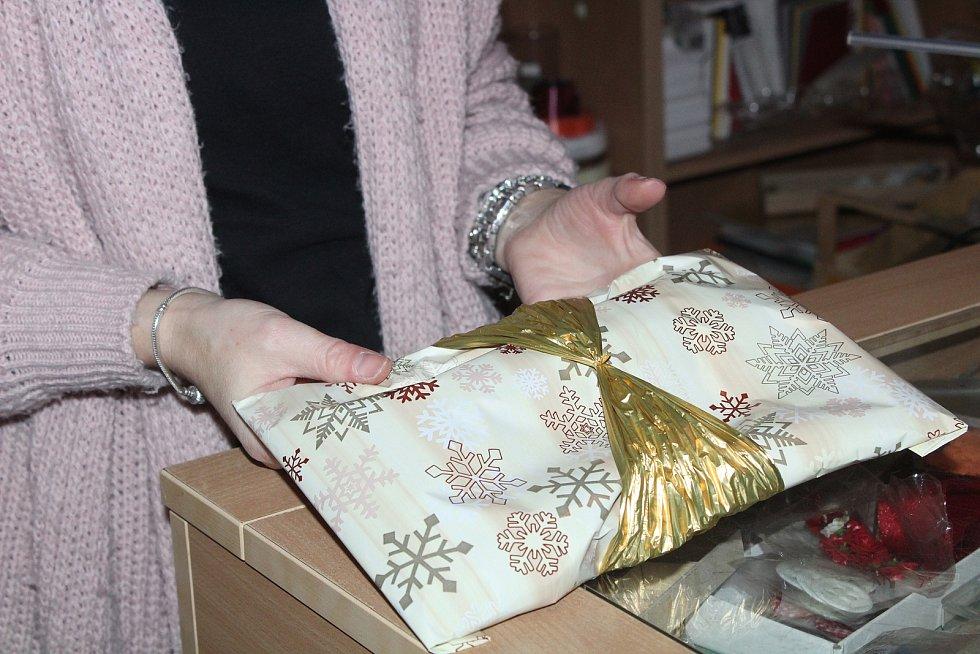 Balení vánočních dárků s Martinou Raiserovou.