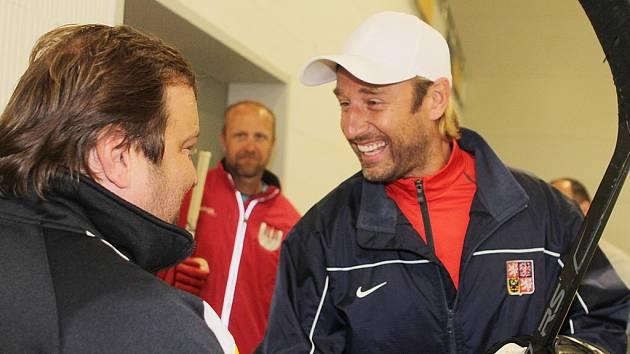 Václav Prospal (vpravo) se srdečně zdraví s masérem ČEZ Motoru Pavlem Bláhou.
