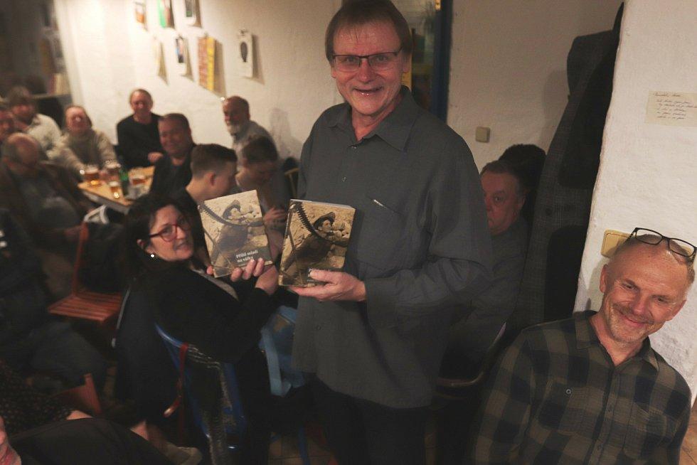 Radek Gális s veterány. Loni na jaře k 75. výročí konce II. světové války vydal knihu rozhovorů s veterány Příliš mladí na válku.