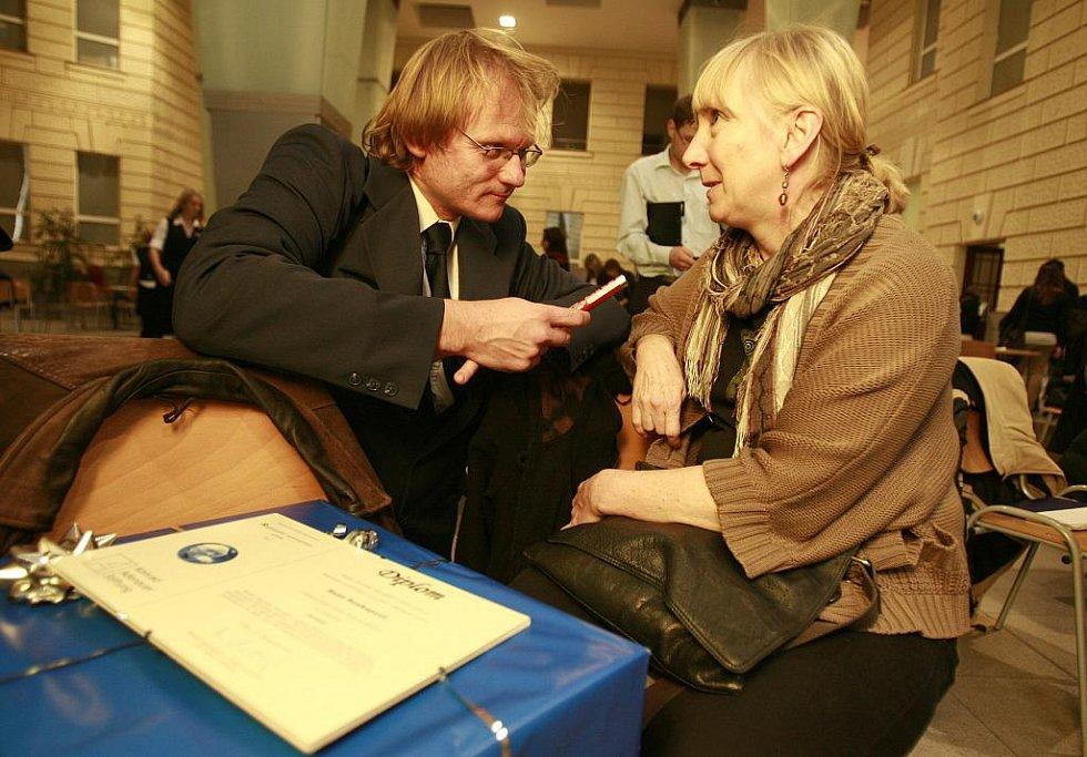 Jihočeští novináři Hana Soukupová (Český rozhlas) a Radek Gális - vlevo (Deník) si převzali 11. listopadu na slavnostním vyhlášení první ceny Regionální novinářské ceny Konrad-Adenauer-Stiftung 2011 v aule Masarykovy univerzity v Brně.