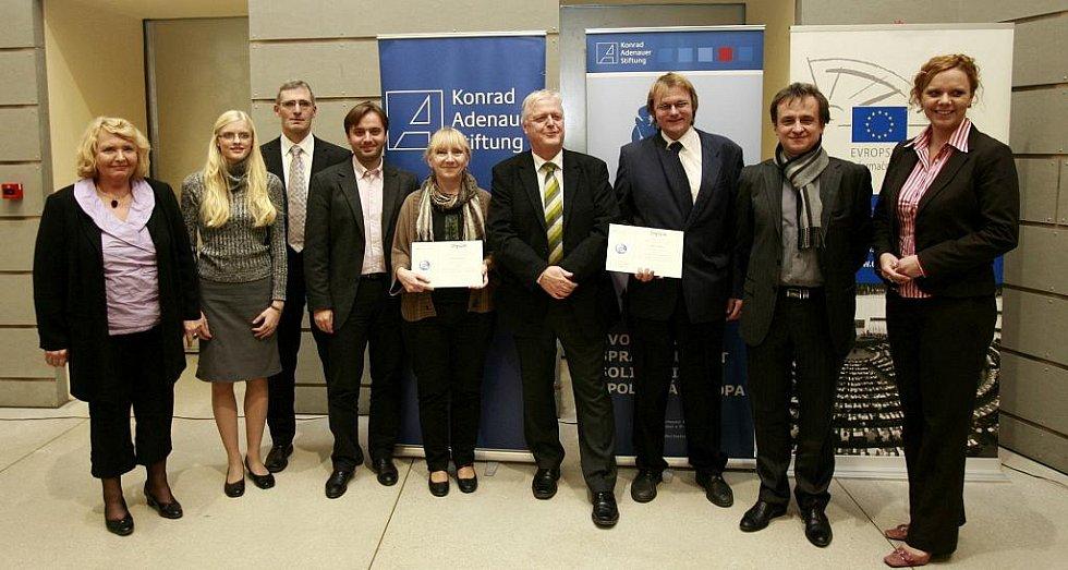 Jihočeští novináři Hana Soukupová (Český rozhlas) a Radek Gális - třetí zprava (Deník) si převzali 11. listopadu na slavnostním vyhlášení první ceny Regionální novinářské ceny Konrad-Adenauer-Stiftung 2011 v aule Masarykovy univerzity v Brně.