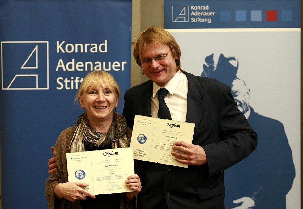 Jihočeští novináři Hana Soukupová (Český rozhlas) a Radek Gális - vpravo (Deník) si převzali 11. listopadu na slavnostním vyhlášení první ceny Regionální novinářské ceny Konrad-Adenauer-Stiftung 2011 v aule Masarykovy univerzity v Brně.