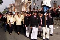 Průvod kráčící městem v rámci hlubockého vinobraní, na kterém místní ženský sbor Záviš každoročně vystupuje.