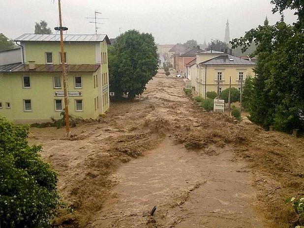 Simbachem tekla špinavá řeka.