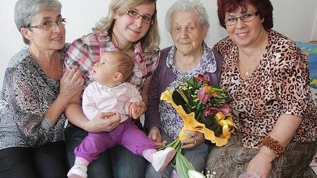 Pět generací se při oslavě sešlo u jednoho stolu. Zleva jedna z dcer oslavenkyně Jana Dudová, pravnučka Lucie Jarošová  s prapravnučkou Janou Jarošovou na klíně, hrdá jubilantka Marie Jakešová a její vnučka  Ivana Miková.