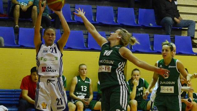 ROZEHRÁVAČKA. Bosňanka Irena Vrančičová (vlevo) svému týmu v těchto dnech citelně schází. Nemá vyřízené nové vízum a hrát tedy nemůže. Na rozehrávce ji nyní zastupuje Američanka Marissa Kastaneková.