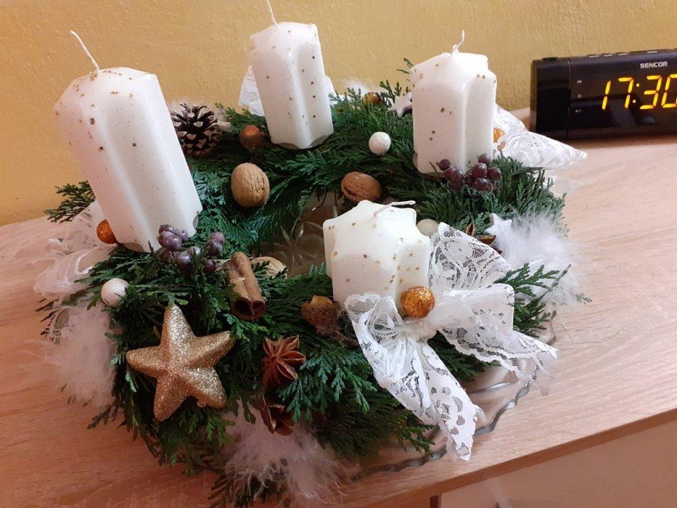 Adventní věnec si můžete vyrobit i doma. Na snímku věnec Marie Syrovátkové z Českých Budějovic.
