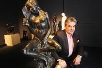 Výstava soch a plastik Tvrzení moderny v Alšově jihočeské galerii. Na snímku spolumajitel sbírky David Železný.