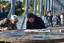 Umění najdete v sobotu v Týně nad Vltavou na nábřeží a na mostě.
