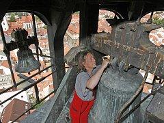 O zvony na Černé věži se pravidelně stará věžný Jan Vančura. Je třeba například promazávat ocelová ramena ke kladívkům hodinových cimbálů.