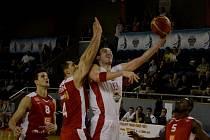 POD KOŠEM. Tomáše Vošlajera (v bílém) brání nymburský Petr Benda.  Dnes hrají Lions s Pardubicemi.